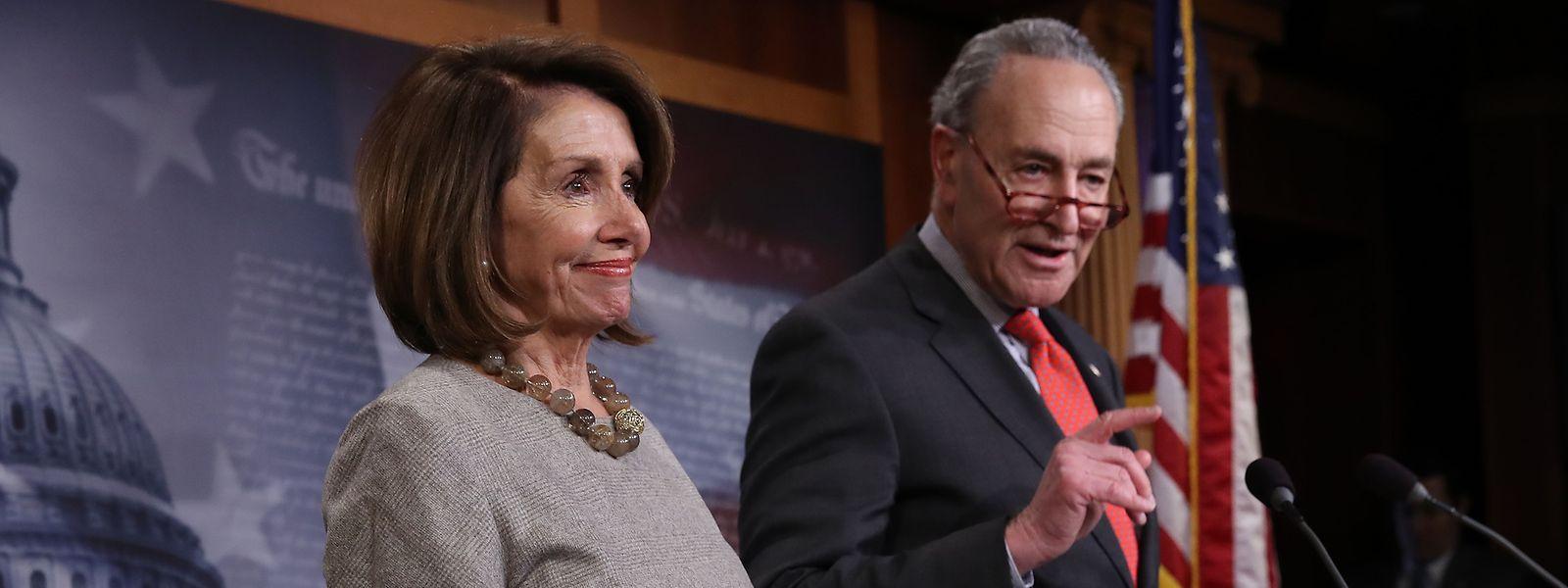 Nancy Pelosi, Vorsitzende des US-Repräsentantenhauses, und Senator Schumer, Sprecher der Demokraten, kündigen das Ende des Shutdown an.
