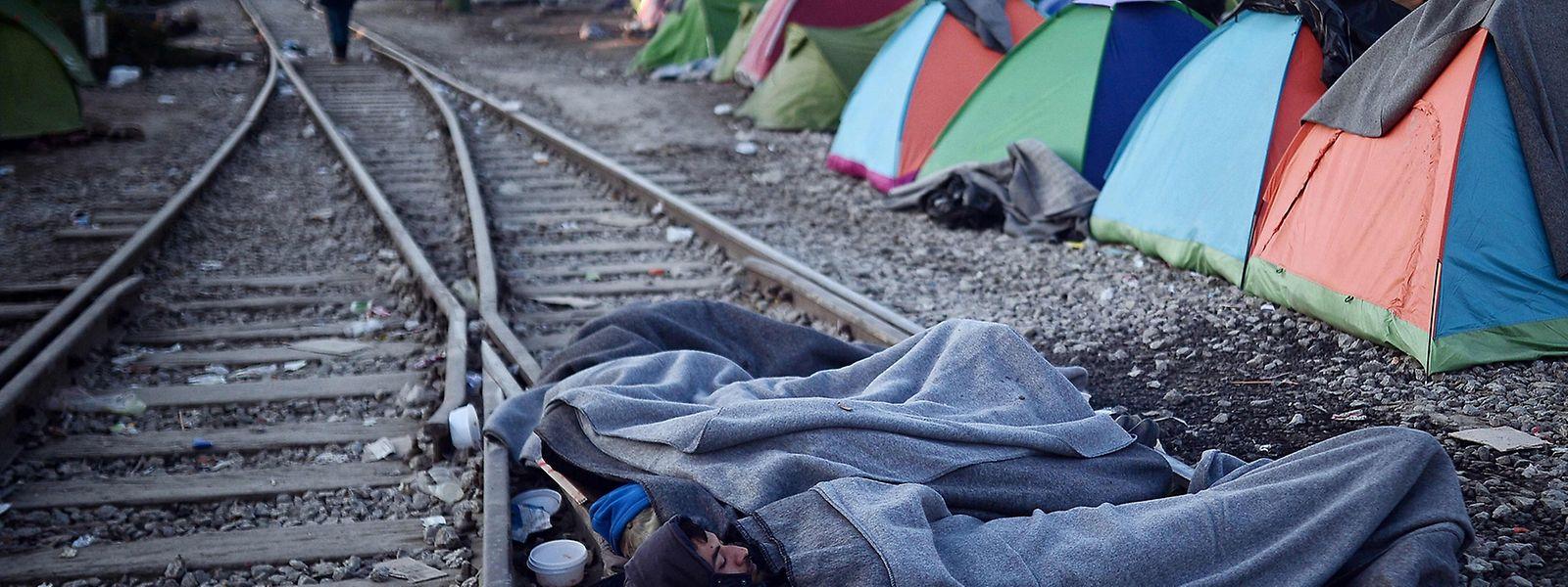 Aus Protest gegen die EU-Beschlüsse schlafen diese Flüchtlinge an der griechisch-mazedonischen Grenze auf den Gleisen.