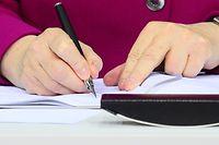 Bundeskanzlerin Angela Merkel (CDU) unterzeichnet im Paul-Löbe-Haus den Koalitionsvertrag.