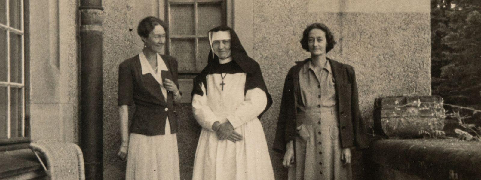 Großherzogin Charlotte (links) mit ihrer befreiten Schwester Antonia und einer Krankenschwester.
