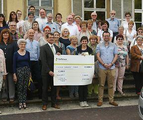 12 000 Euro Scheck vum Schlassfest zu Koulbich