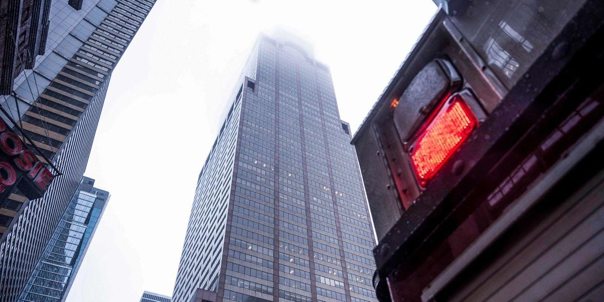 Der Hubschrauber crashte beim Versuch einer Notlandung auf dieses 51 Stockwerke zählende  Hochhaus, dessen Spitze in die Regenwolken hineinreichte.