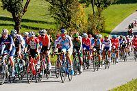 Das langgezogene Fahrerfeld mit Alex Kirsch (L) - UCI-Straßenweltmeisterschaften 2018 in Innsbruck - Straßenrennen Männer - Foto: Serge Waldbillig