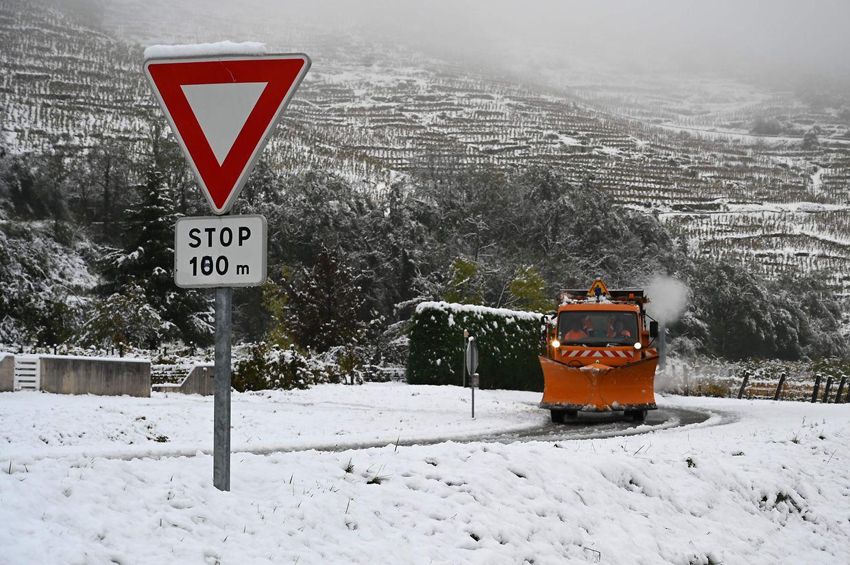 Ein Schneepflug in der Nähe von Tournon-sur-Rhône.