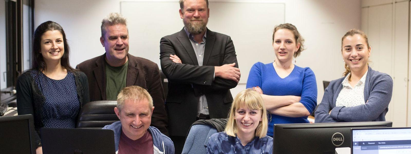 Chefredakteur Jim Robinson (Mitte) und sein Team, v.l.n.r. : Heledd Pritchard, Alistair Holloway, Barbara Tasch, Roxana Mironescu (stehend), Adam Walder und Hannah Brenton (sitzend).