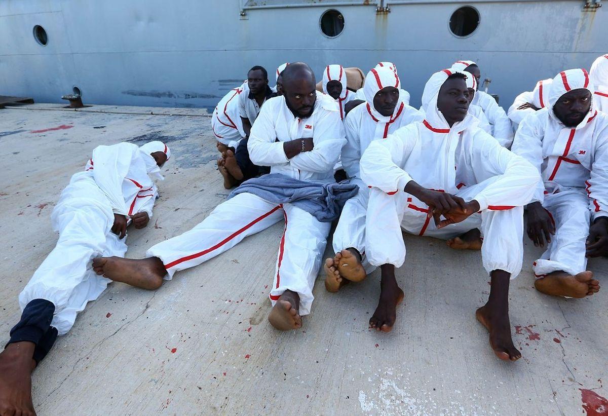Afrikanische Migranten, die in Tripoli auf ein Medizincheck warten nachdem sie etwa 60 Kilometer von der Libyschen Küste entfernt gerettet worden sind.