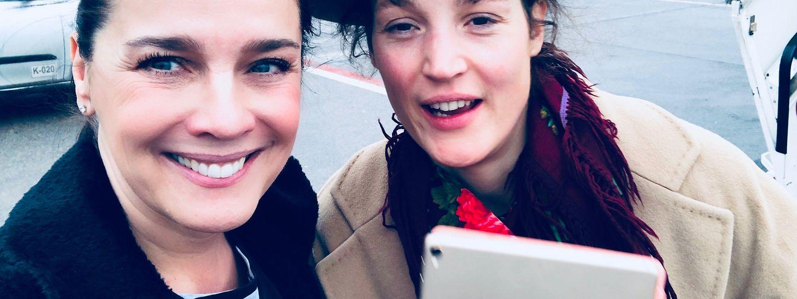 """""""Zwei Luxemburger schicken liebe Grüße nach Hause!"""" - so melden sich Désirée Nosbusch und Vicky Krieps am Tag nach der Verleihung vom Flughafen."""