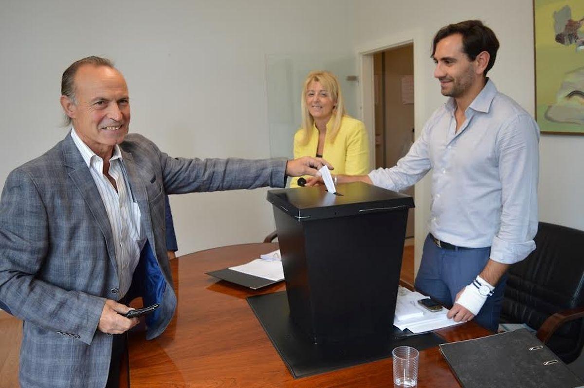 Acácio Pinheiro, suplente da lista candidata, a votar