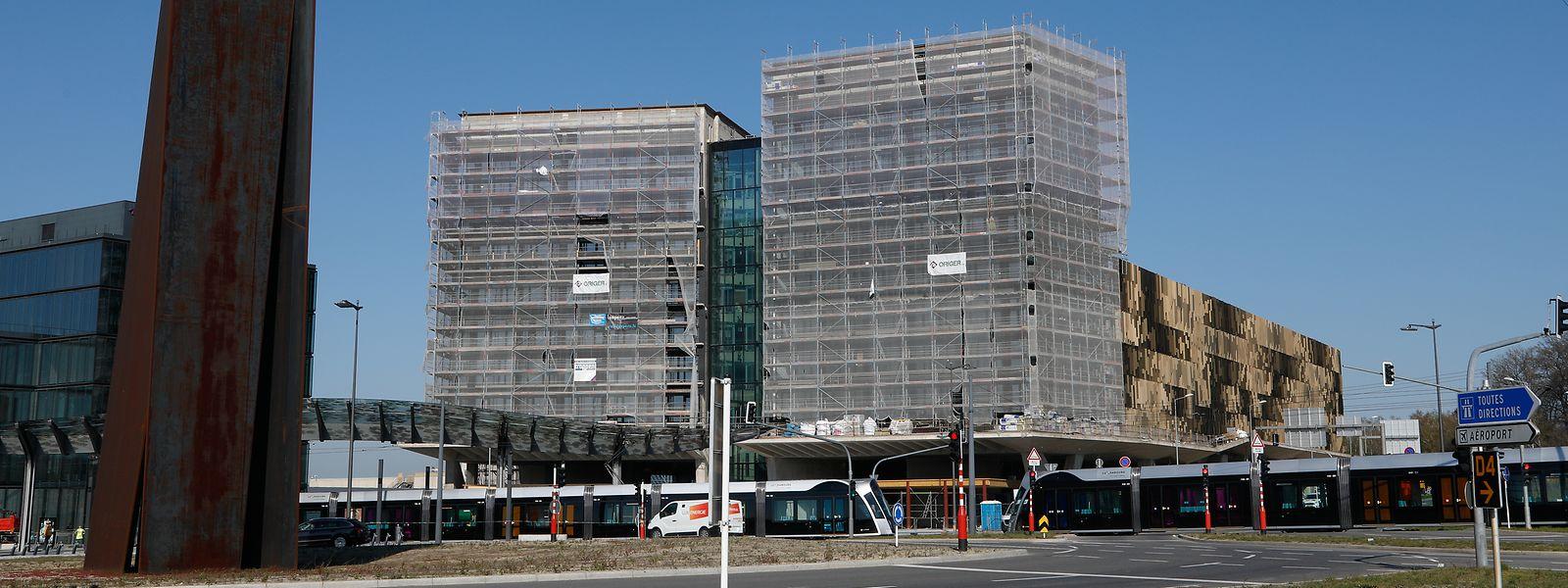 Am Bürogebäude wird noch gearbeitet, das Parkhaus (r.) ist fertig.