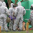 """14.03.2018, Großbritannien, Gillingham: Soldaten tragen Schutzanzüge während der Ermittlungen zur Vergiftung des Ex-Doppelagent Skripal und dessen Tochter. Beide waren am 4. März bewusstlos auf einer Parkbank entdeckt worden. (Zu dpa """"Experte: «Keine präzise» Quelle für Gift im Fall Skripal"""") Foto: Andrew Matthews/PA Wire/dpa +++ dpa-Bildfunk +++"""