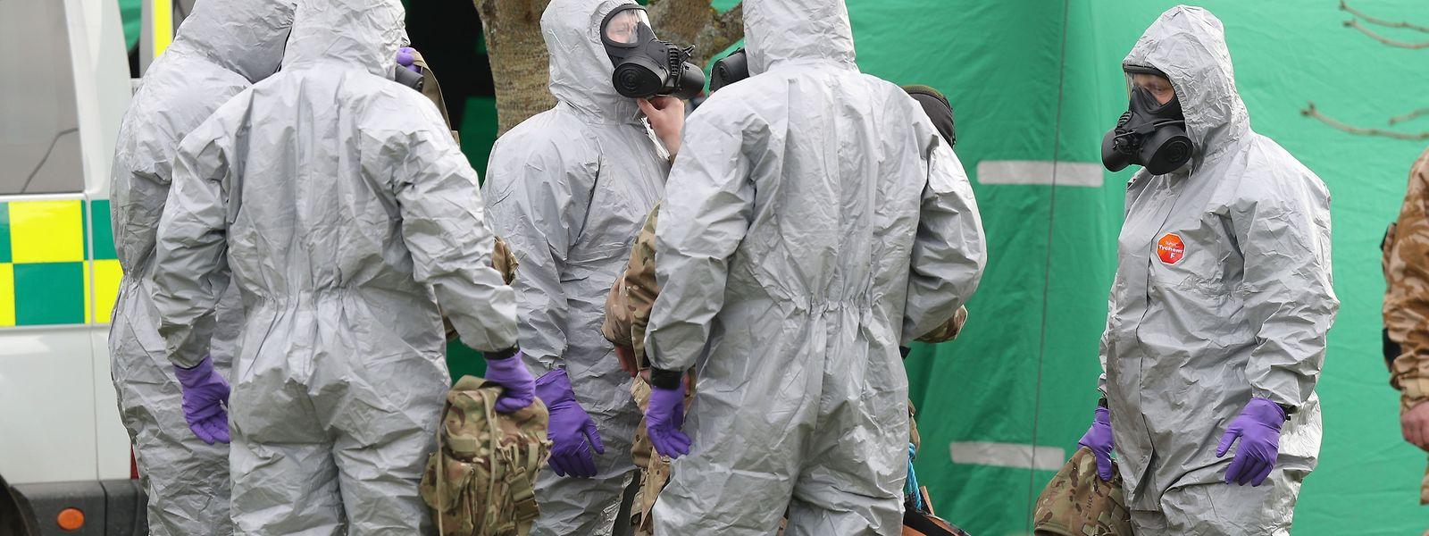 """14.03.2018, Großbritannien, Gillingham: Soldaten tragen Schutzanzüge während der Ermittlungen zur Vergiftung des Ex-Doppelagenten Skripal und dessen Tochter. Beide waren am 4. März bewusstlos auf einer Parkbank entdeckt worden. (Zu dpa """"Experte: «Keine präzise» Quelle für Gift im Fall Skripal"""") Foto: Andrew Matthews/PA Wire/dpa +++ dpa-Bildfunk +++"""