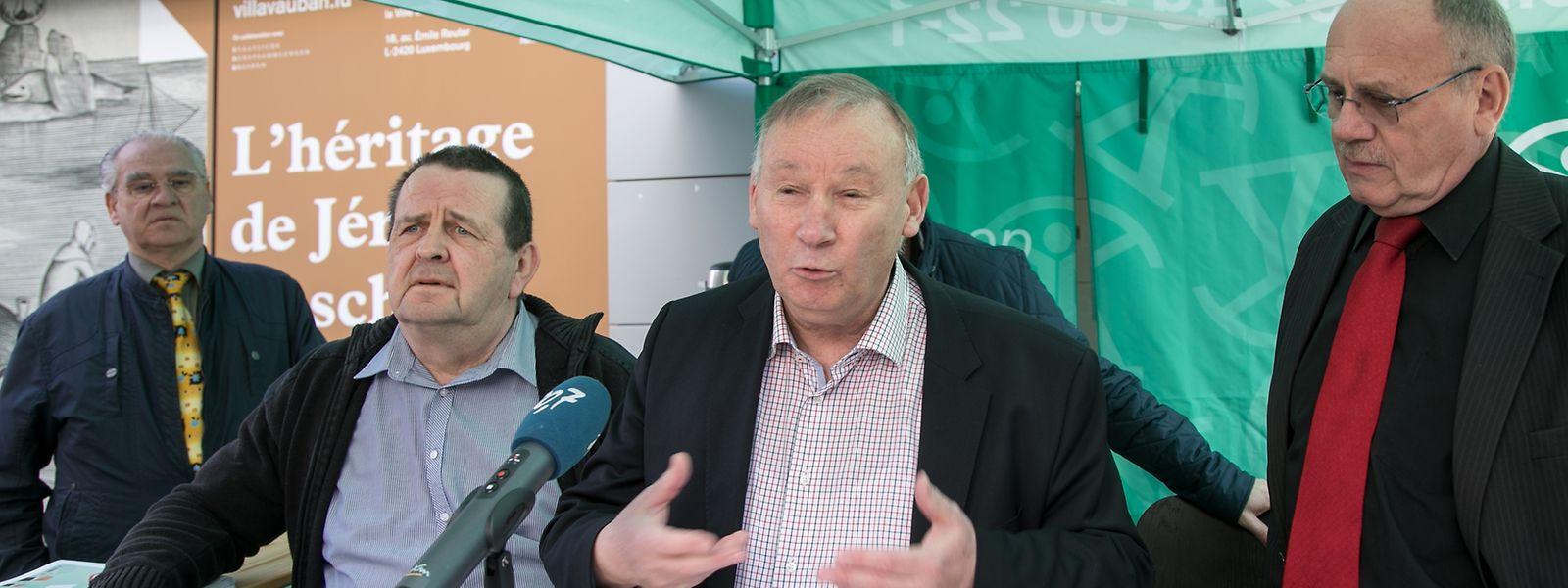 Le président de l'ULC Nico Hoffmann (au micro). L'ULC sera à nouveau Grand-Rue à Luxembourg le mercredi 3 mai dès 10 heures pour rassembler autour de la pétition qui proteste contre la hausse des frais bancaires.
