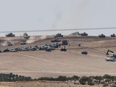 Türkische Panzer fuhren am Mittwoch an der Syrischen Grenze auf.