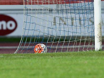 33 Fussball BGL Ligue 2015-16 zwischen dem CS Grevenmacher und Victoria Rosport am 29.11.2015 Schmuckbild Ball im Tor