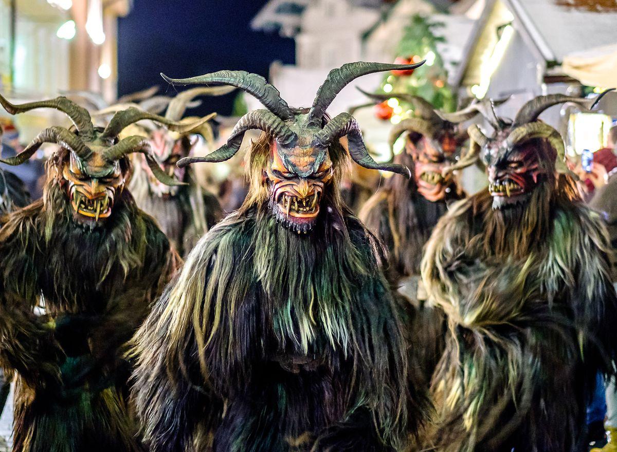 Krampusse begleiten den Nikolaus unter anderem in Österreich.