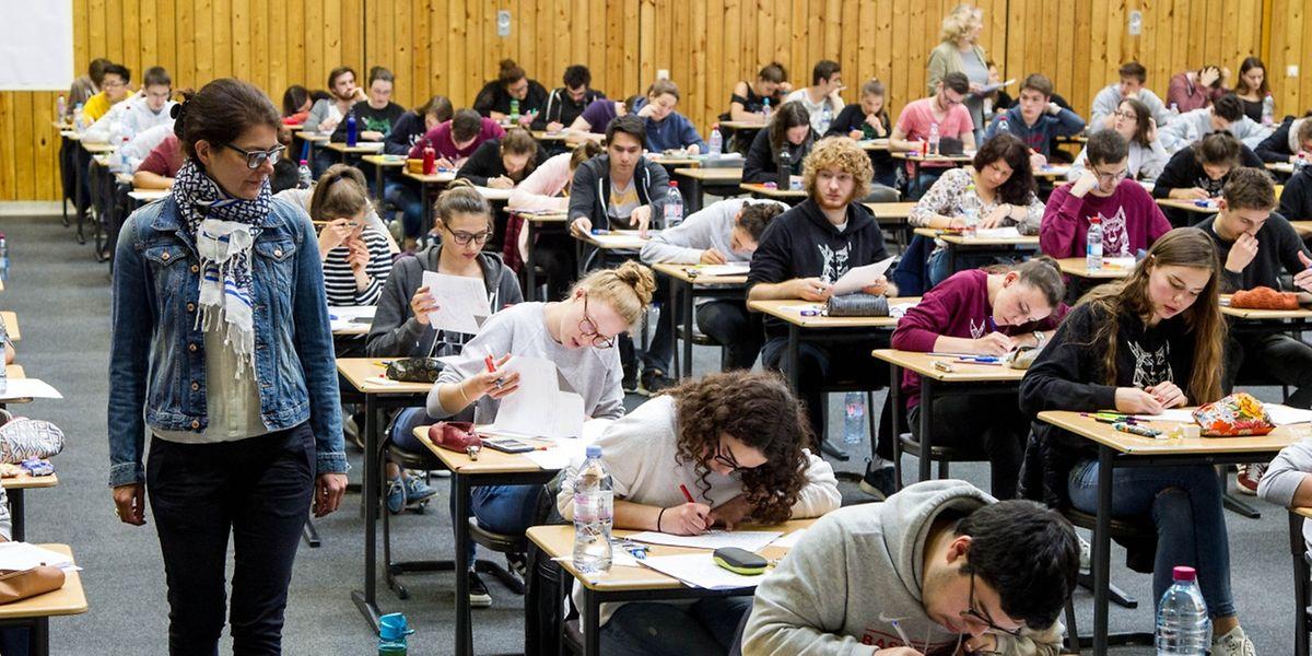 Unter der Aufsicht ihrer Professoren schrieben die Schüler ihr Wissen nieder.