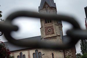 Die Diskussion über die geplante Abschaffung der 285 Kirchenfabriken gewinnt an Fahrt.