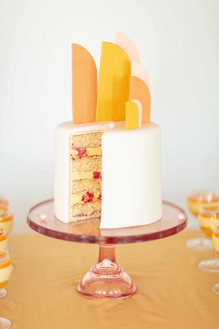 Warme Erd- und Orangetöne sind bei Hochzeitstorten gerade gefragt.