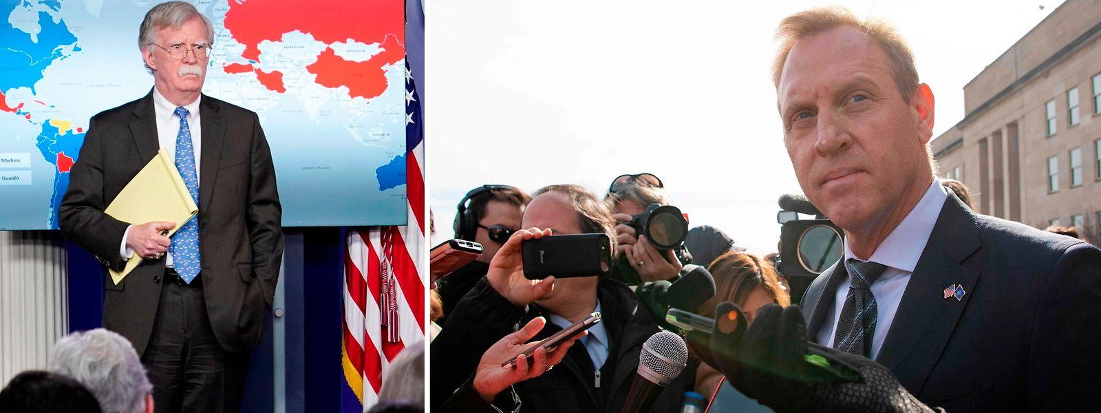 """John  Bolton (l.)  vor einer Karte mit Ländern, die Guaidó (blau) oder Maduro (rot) unterstützen. Auf einer Seite seines Notizblocks steht """"5.000 Mann nach Bolivien"""". Verteidigungsminister Patrick Shanahan kommentierte das nicht."""