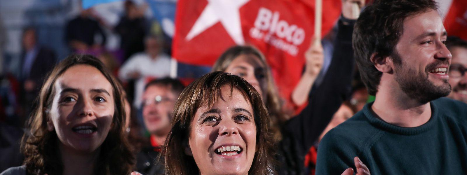 A coordenadora do Bloco de Esquerda (BE), Catarina Martins (C), acompanhada por, José Soeiro (D), durante um comício realizado na praça dos Poveiros, no Porto.