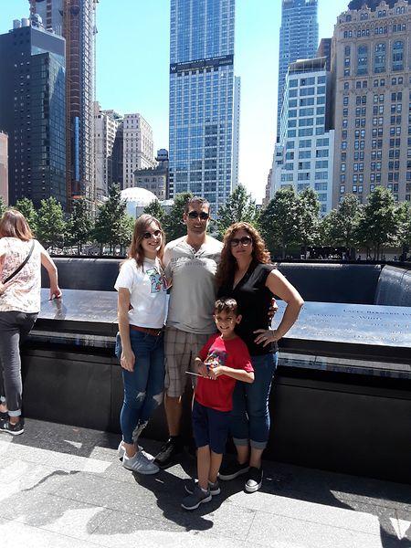 Elisabeth Vagos com a família no 9/11 Memorial & Museum, no Ground Zero.