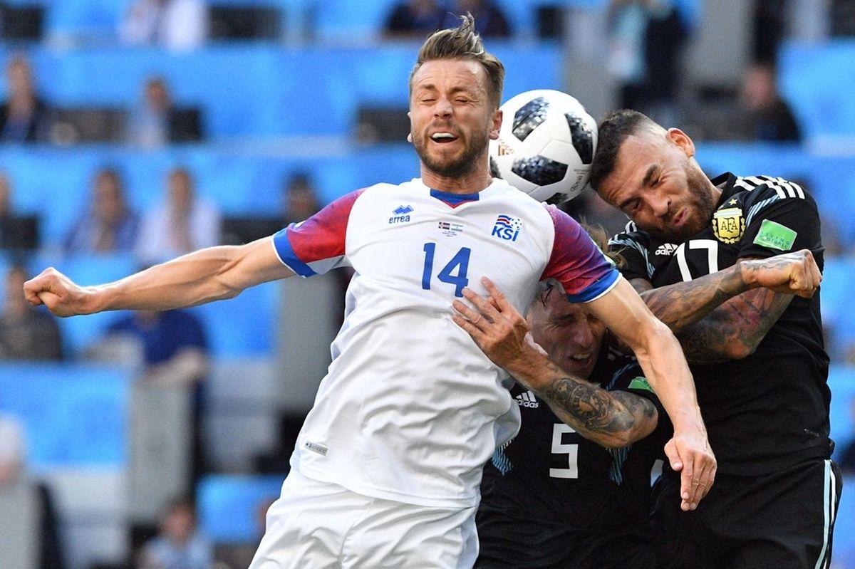 Quel duel aérien entre l'Islandais Kari Arnason (à g.) et l'Argentin Nicolas Otamendi!