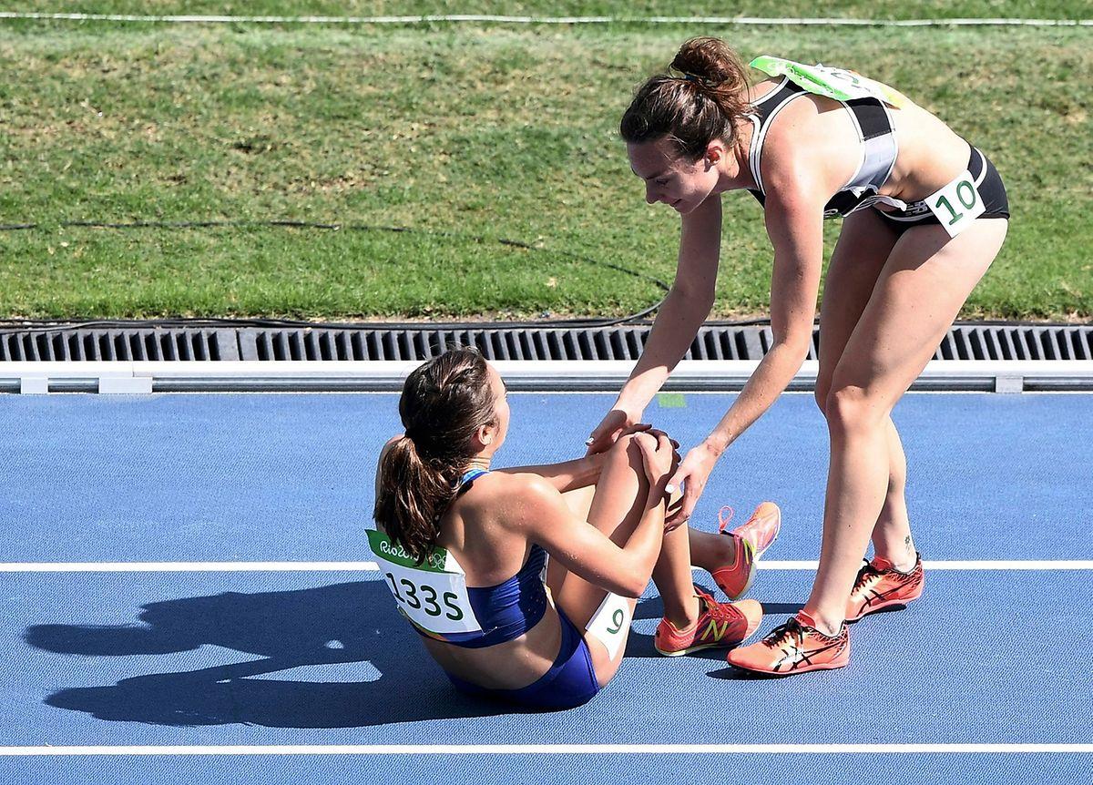 Nikki Hamblin (r.) hilft Abbey D'Agostino auf die Beine.