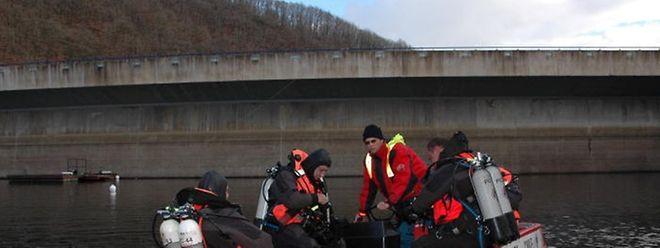 Im November 2007 durchsuchten Taucher den Boden des Stausees.