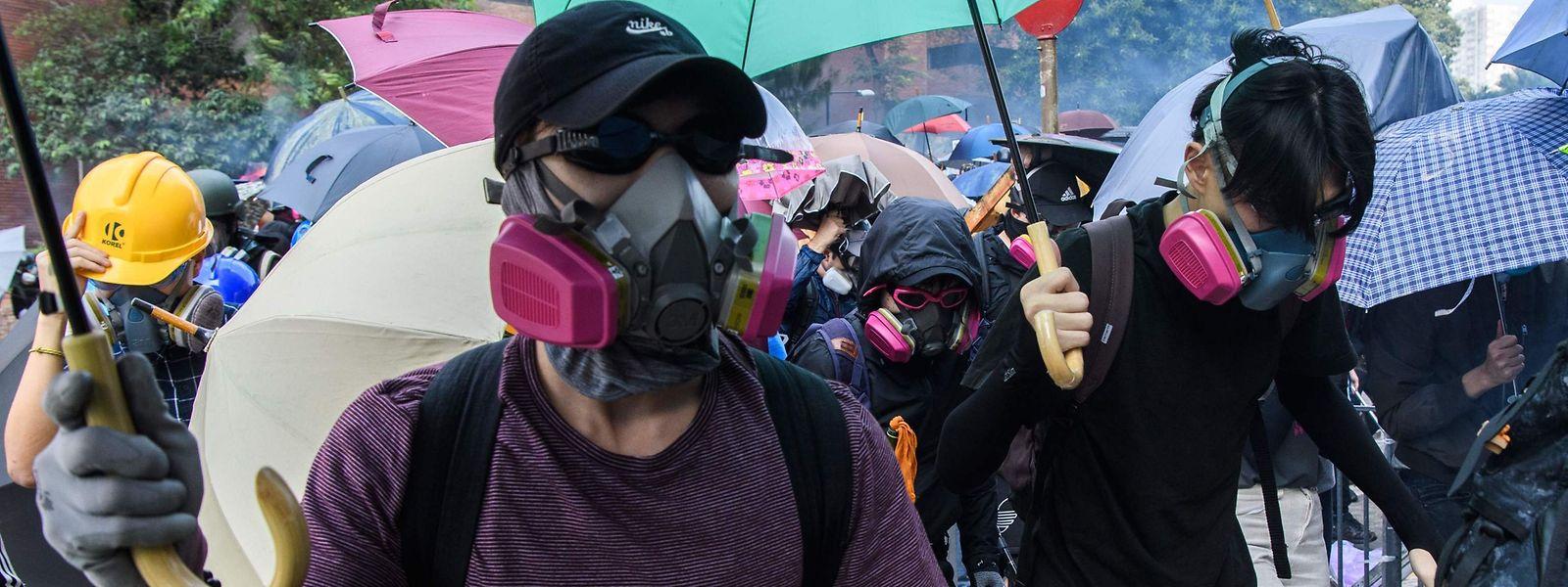 Demonstranten mit Atemschutz vor der Uni.