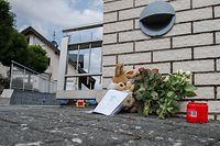 ARCHIV - 31.08.2018, Hessen, Mörlenbach: Blumen und Kerzen stehen vor einem Einfamilienhaus, in dem die Leichen von zwei Kindern im Alter von 10 und 13 Jahren geborgen wurden. Zwei Erwachsene, vermutlich die Eltern, wurden von der Feuerwehr aus einem laufenden Auto in der Garage des Hauses geborgen. Die Hintergründe waren zunächst unklar. Ein Familiendrama kann nicht ausgeschlossen werden.   (zu dpa «Beginn Prozess um zweifachen Mord gegen ein Ehepaar, das seine Kinder getötet und das Wohnhaus angezündet haben soll» vom 21.03.2019) Foto: Silas Stein/dpa +++ dpa-Bildfunk +++