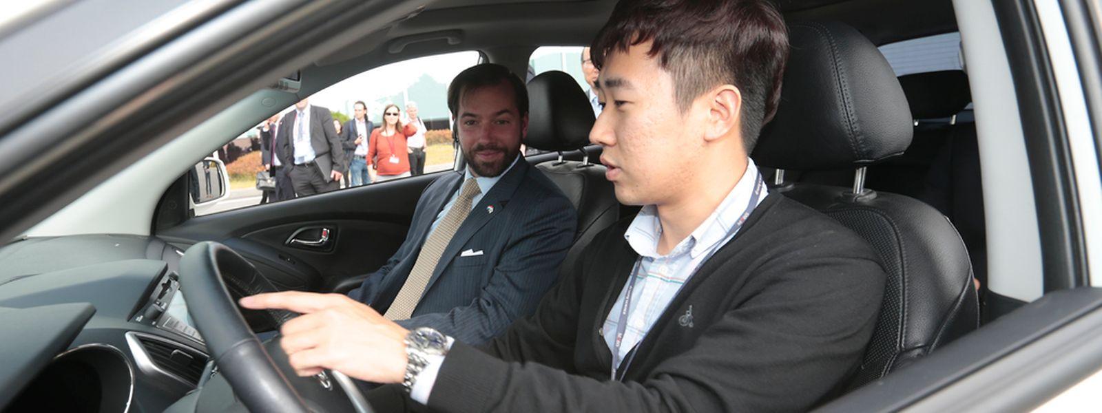 Comment garer sa voiture sans avoir les mains sur le volant. Une innovation à laquelle le Grand-Duc héritier s'est prêté après un petit briefing.  PHOTO: GUY WOLFF