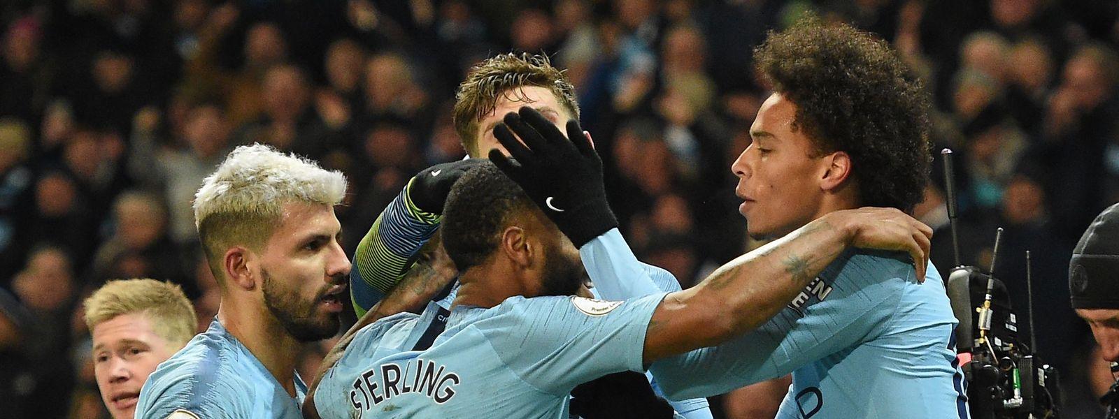 Manchester City um den Siegtorschützen Leroy Sané (r.) hat in der Tabelle nur noch vier Punkte Rückstand auf Liverpool.