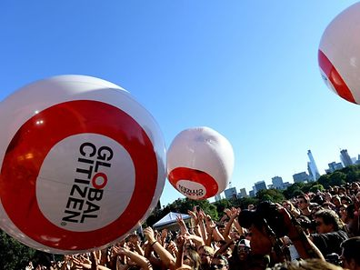 Concert attendees pass ballons at the 2016 Global Citizen Festival in Central Park to end extreme poverty by 2030 at Central Park on September 24, 2016 in New York City. / AFP PHOTO / ANGELA WEISS