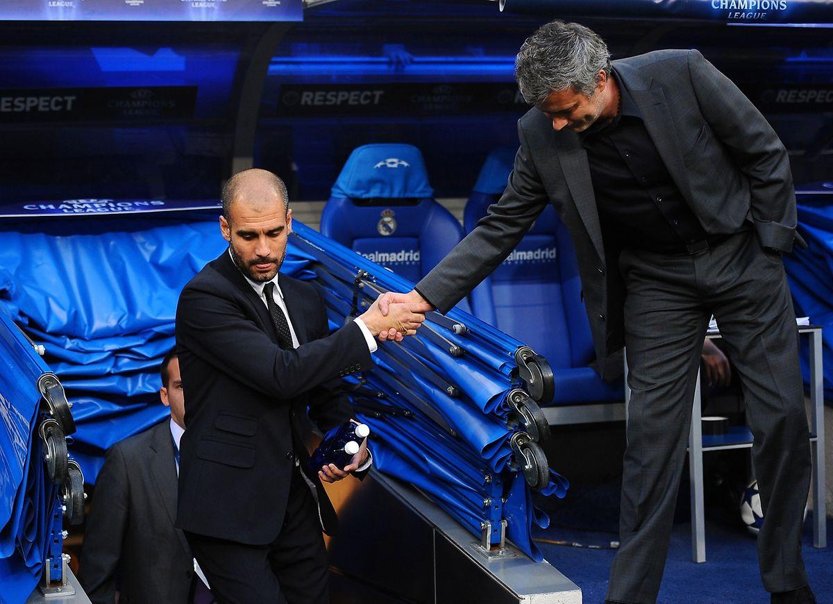 Im April 2011 reichen sich beide die Hand.