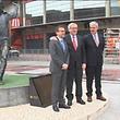 Jean-Claude Juncker (ao meio) presta homenagem a Eusébio frente à estátua do 'King', no Estádio da Luz