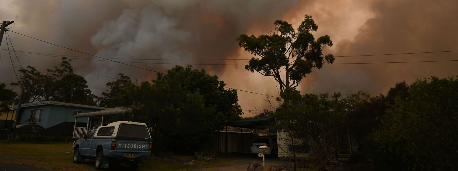 Les personnes doivent partir avant samedi, journée noire attendue sur le front des incendies avec des rafales de vent soutenues.