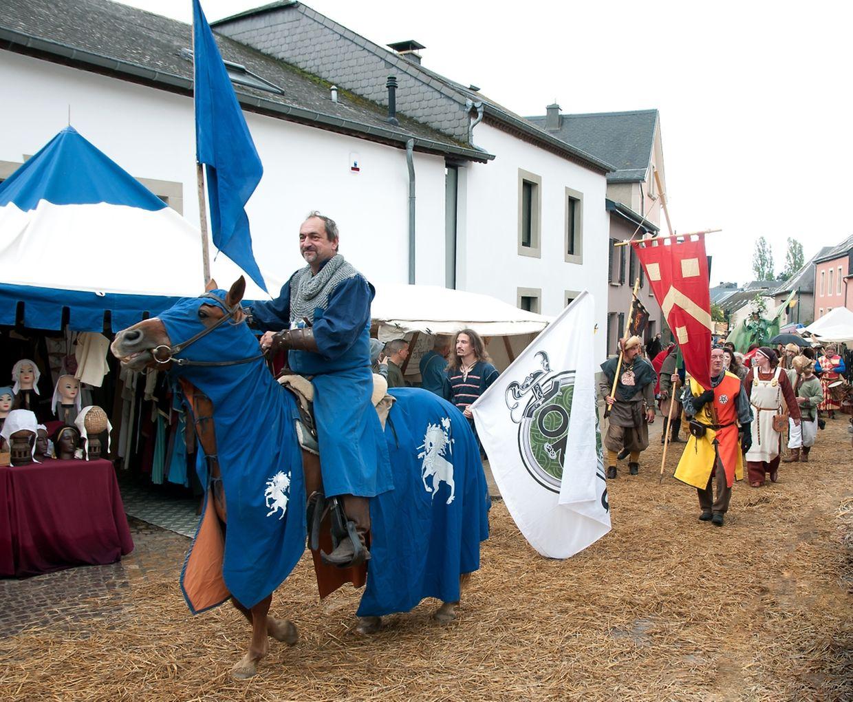Die tapferen Ritter zogen hoch zu Ross in Budersberg ein. Ihre Untertanen folgten ihnen zu Fuß.