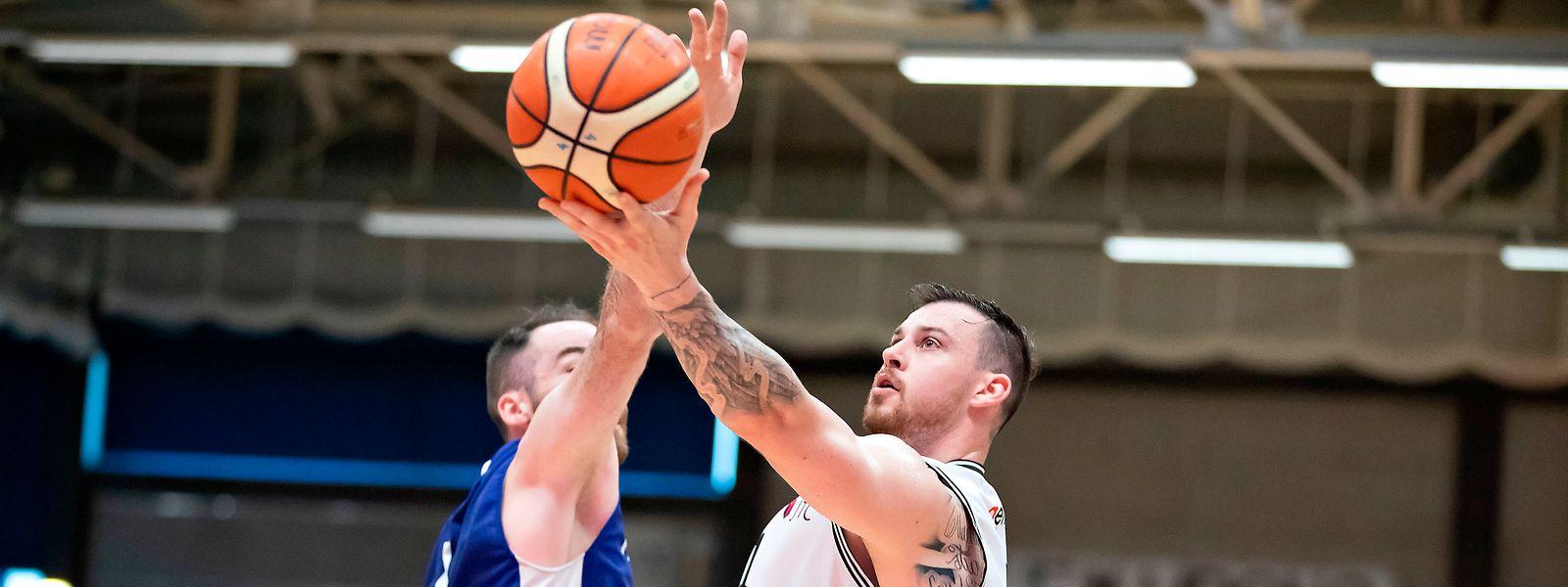 Steve Harris gewinnt mit T71 gegen Basket Esch um Clancy Rugg (l.).