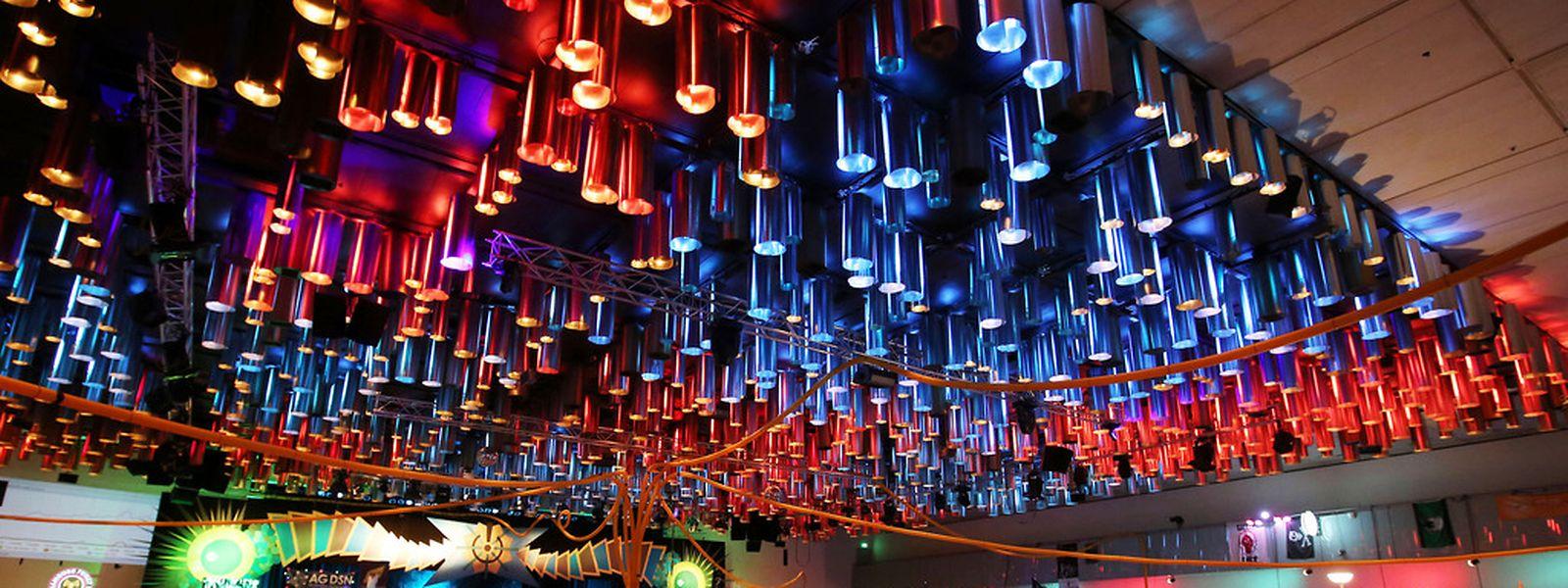 Clubatmosphäre: Dank hunderter erleuchteter Laptopscreens und loungetauglicher Deckenbeleuchtung wirkte das internationale Gipfeltreffen der Computerhacker eher gemütlich als nerdig oder gar chaotisch.