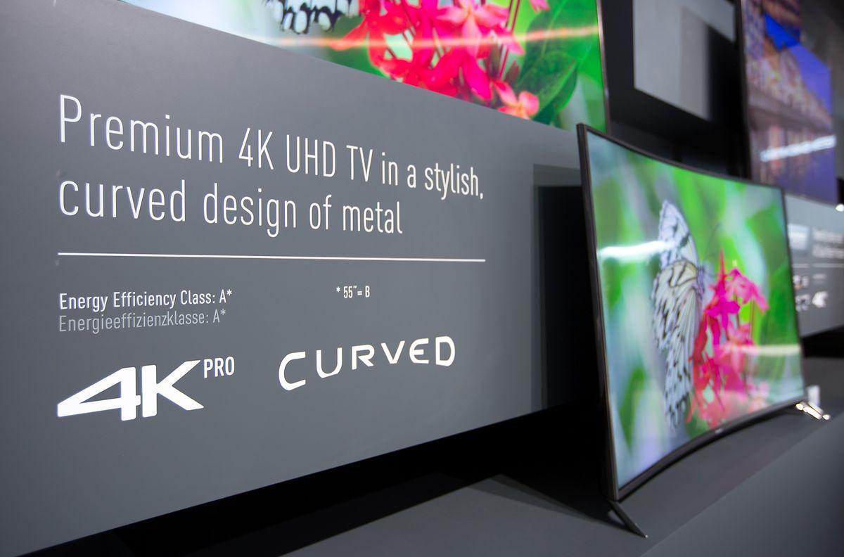 Im Gegensatz zu UHD (4K) wird gebogenen Displays keine große Zukunft vorhergesagt - unter anderem wegen störender Reflexionen von Lichtquellen.
