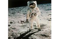 20. Juli 1969 - Vier Tage nach dem Start der Raumfahrtmission Apollo 11 landet die Mondfähre Eagle auf dem Mond. Neil Armstrong und Buzz Aldrin sind die ersten Menschen, die einen anderen Himmelskörper betreten. Sie sammeln Mondgestein und machen Fotos während Pilot Michael Collins an Bord ihres Raumschiffs Columbia bleibt.