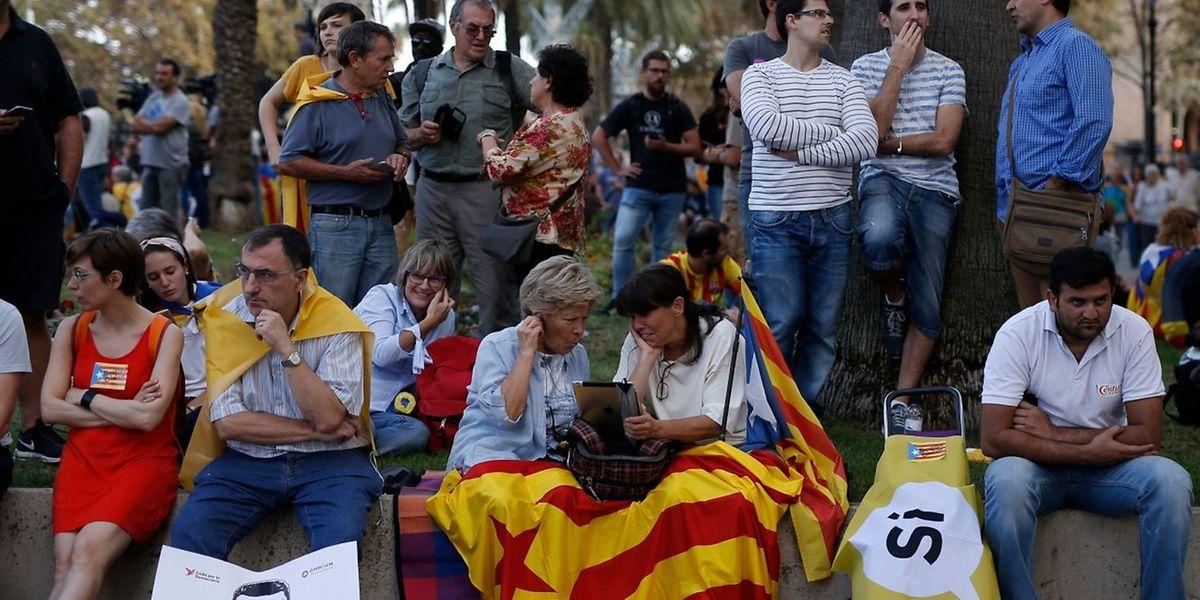 Catalães e espanhóis em suspenso, à espera de novidades.