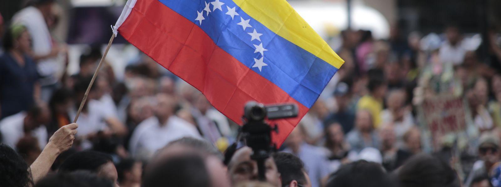 Zahlreiche Demonstranten heben die Hand zur Unterstützung des selbst ernannten Interimspräsidenten Juan Guaidó bei einer Kundgebung der Opposition in der venezolanischen Hauptstadt.