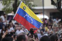 26.01.2019, Venezuela, Caracas: Zahlreiche Demonstranten heben die Hand zur Unterstützung des selbst ernannten Interimspräsidenten Guaido bei einer Kundgebung der Opposition in der venezolanischen Hauptstadt. Guaido, der mit seiner Selbsternennung Staatschef Maduro offen herausgefordert hat und gleich von mehreren Regierungen als Interimspräsidenten anerkannt wurde, kündigte für die kommenden Tage einen Aktionsplan an. Foto: Rafael Hernandez/dpa +++ dpa-Bildfunk +++