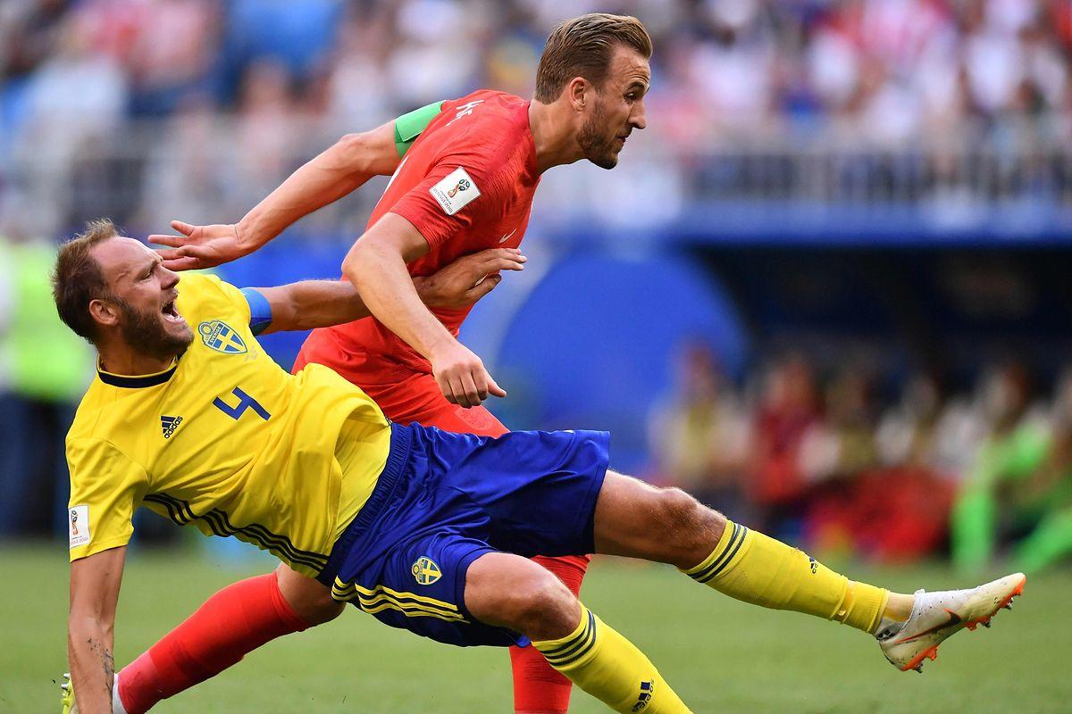 Schwedens Defensive um Routinier Andreas Granqvist (l.) tut sich schwer gegen Harry Kane und Co.