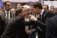 24.02.2019, Ägypten, Scharm el Scheich: Die britische Premierministerin Theresa May (C), der niederländische Premierminister Mark Rutte (R) und der luxemburgische Premierminister Xavier Bettel (2-L) teilen sich einen Lichtblick während des Gipfels der Europäischen Union (EU) und der League of Arab States (LAS) im Kongresszentrum Sharm El Sheikh. Foto: Oliver Weiken/dpa +++ dpa-Bildfunk +++