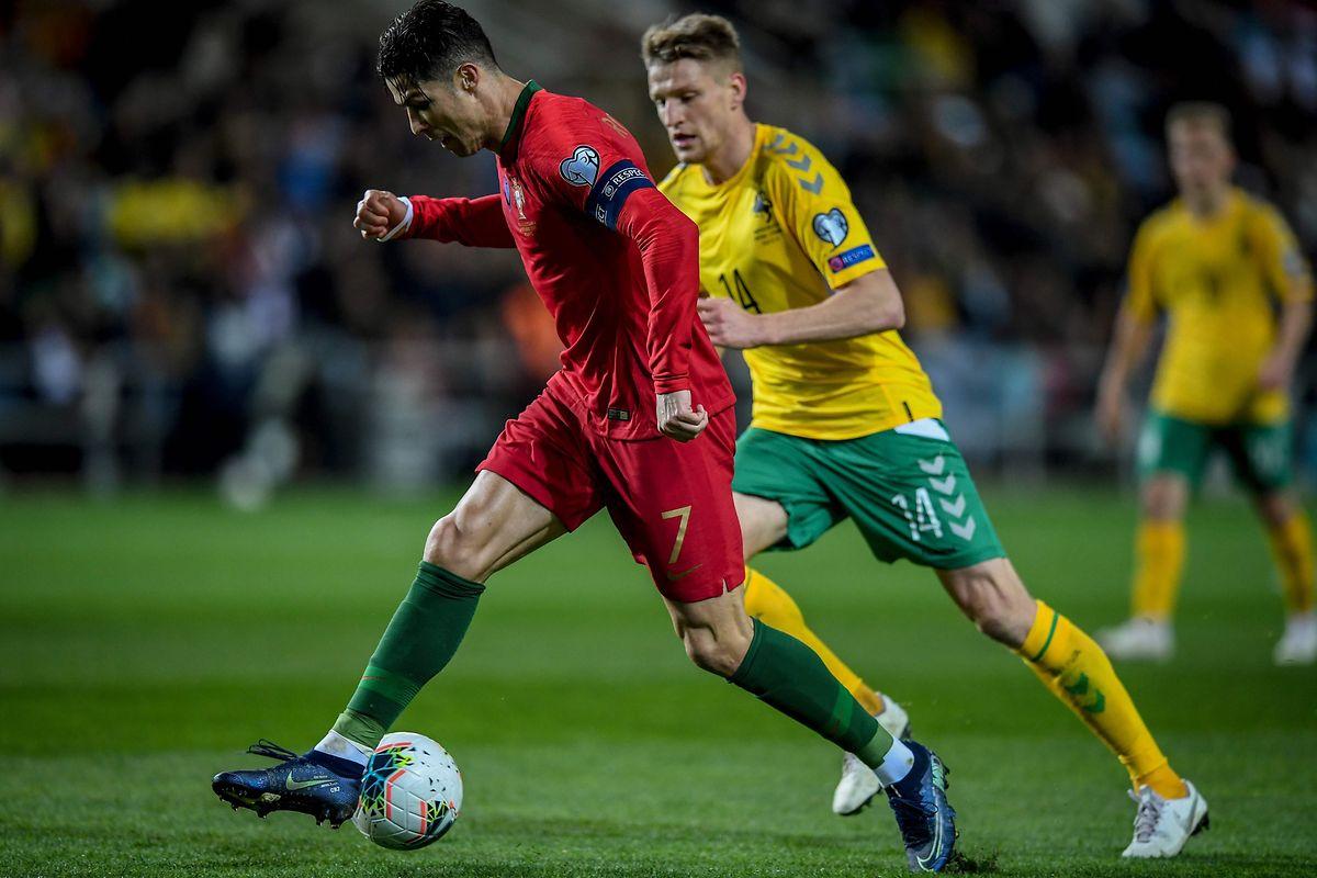 Pour sa 163e sélection, Cristiano Ronaldo, ici devant le Lituanien Vykintas Slivka, a crevé l'écran