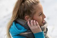 ILLUSTRATION - Zum Themendienst-Bericht von Philipp Schulte vom 30. April 2020: Nicht mehr als «einMann im Ohr»: True-Wireless sind völlig kabellos und bestehen wirklich nur aus dem Ohrstöpsel an sich. Foto: Christin Klose/dpa-tmn - Honorarfrei nur für Bezieher des dpa-Themendienstes +++ dpa-Themendienst +++