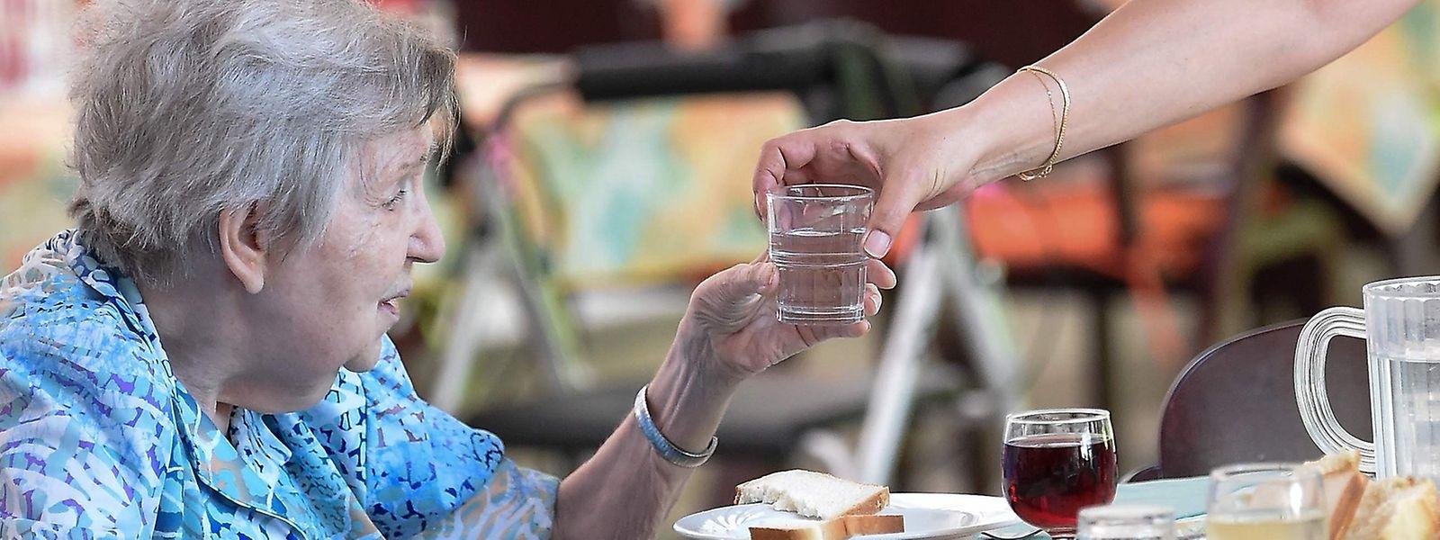 Ältere und geschwächte Menschen sollten auf jeden Fall ausreichend trinken und den Kontakt mit ihrem Umfeld behalten.