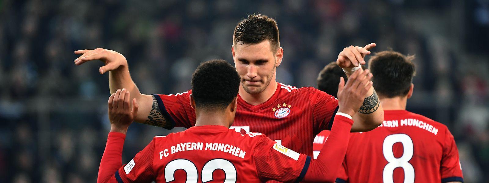 Niklas Süle beglückwünscht Serge Gnabry zum 4.000. Bundesligatreffer der Bayern.